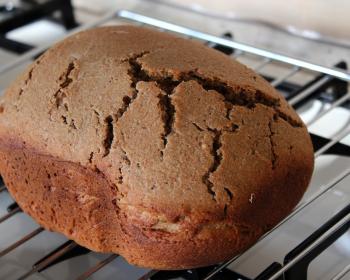 ржаной хлеб с треснутой корочкой сверху на плите