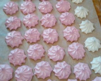розовый и белый зефир на агар-агаре на столе, застеленном пергаментом