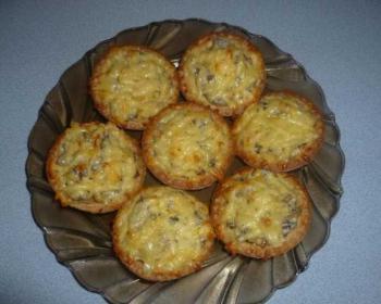 жульен с грибами в тарталетках, выложенный на тарелку