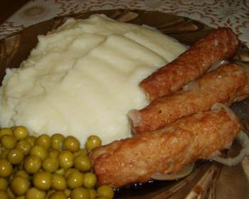 колбаски мититеи с гарниром из картофельного пюре и консервированного горошка