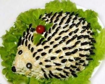 салат ежик, выложенный на салатные листы