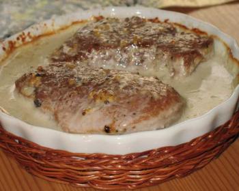 свинина в сливочном соусе в круглой керамической форме для запекания