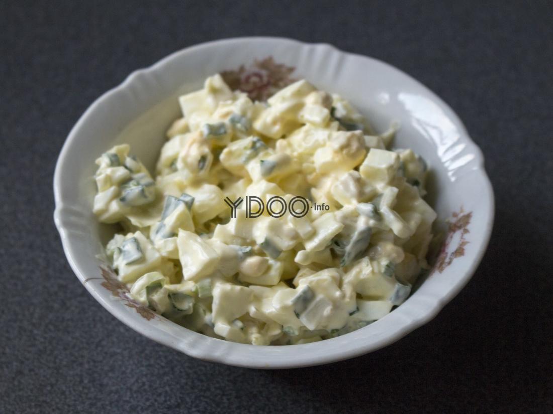 порционная салатница с луковым салатом