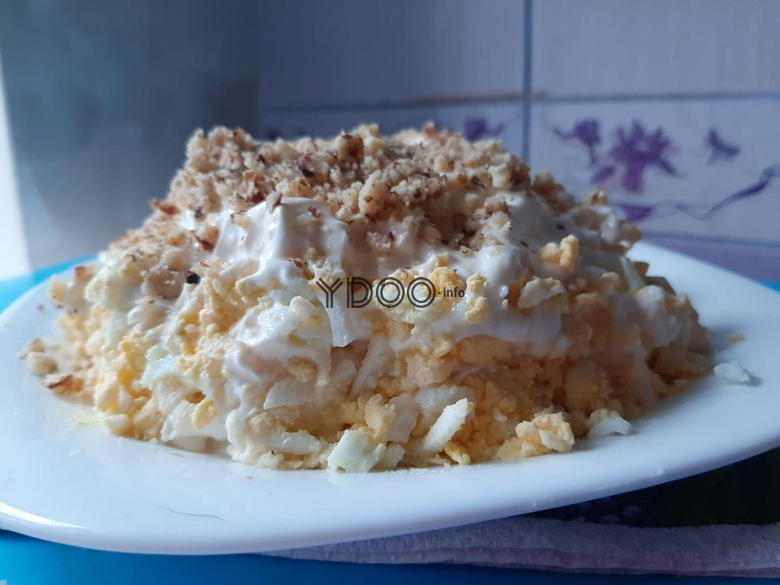 салат по-королевски в тарелке на кухонном столе