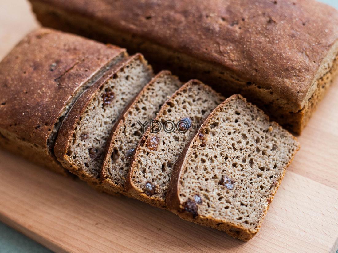 нарезанный ломтиками бородинский хлеб с изюмом, запеченный в духовке