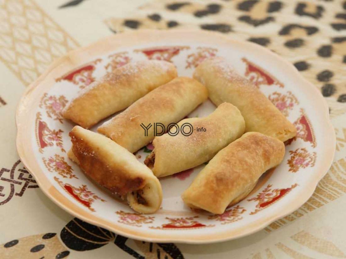 татарское печенье бармак в тарелке на столе, застеленном скатертью