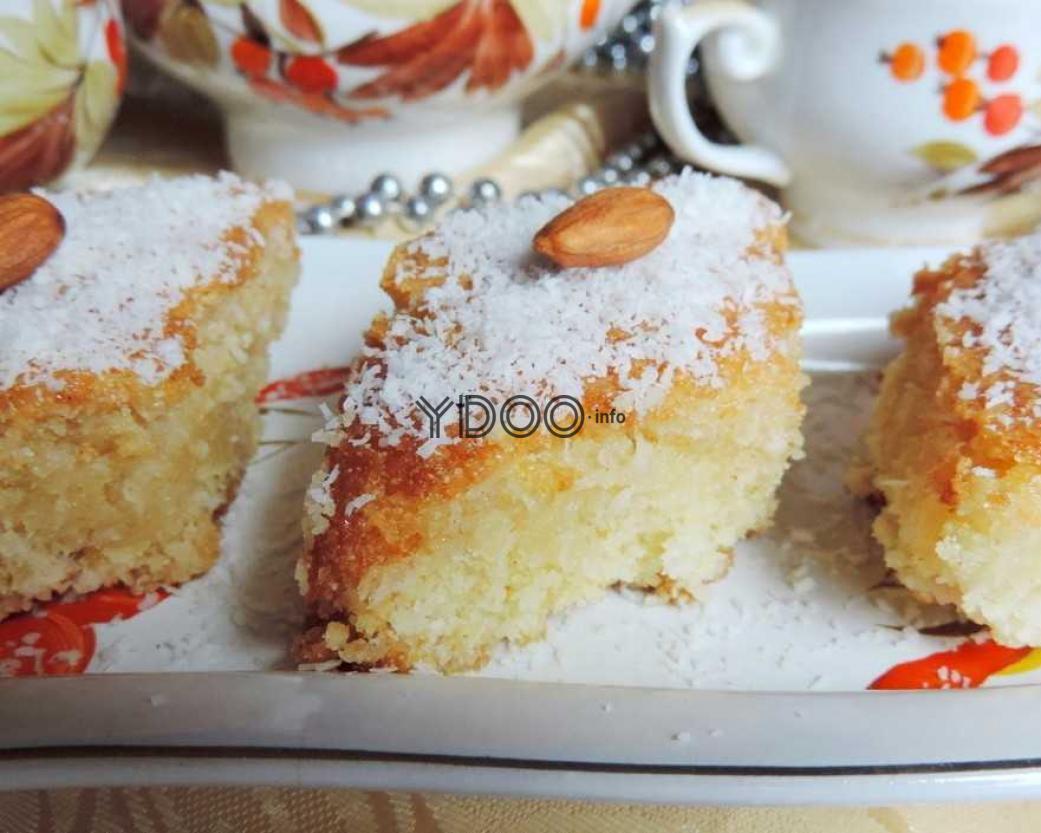 басбуса, нарезанная ромбиками и украшенная кокосовой стружкой и миндалем