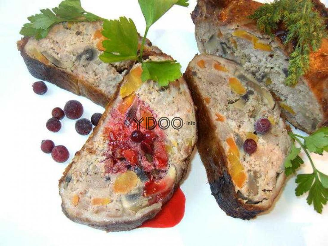 утка, фаршированная свино-говяжьим фаршем, запеченная в духовке, нарезанная на порционные кусочки и украшенная веточками петрушки