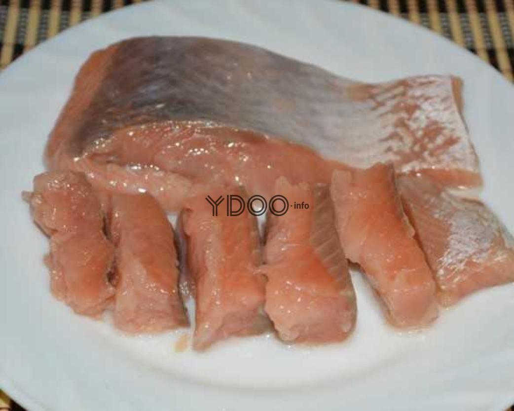 горбуша, соленая под семгу, кусочками лежит в широкой белой тарелке