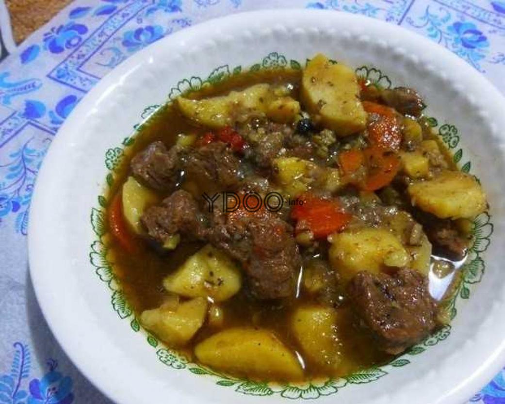 ирландское рагу из говядины, картофеля и овощей в тарелке на столе