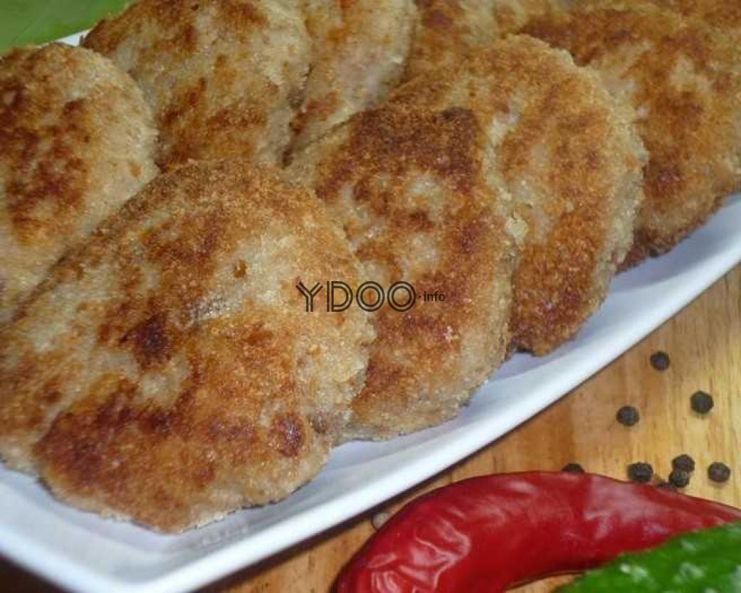 котлеты из говядины и черного хлеба на тарелке
