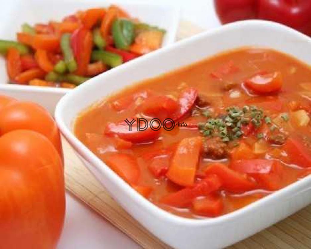 лечо с морковью и луком в томатном соусе в квадратной тарелке на столе