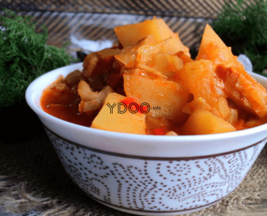 овощное рагу с грибами, картофелем, болгарским перцем и томатной пастой в маленькой пиале на столе