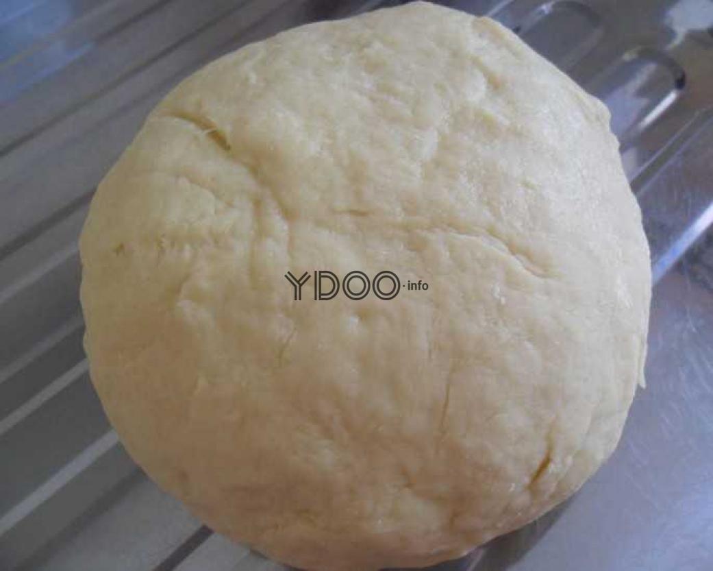 песочное тесто на сметане в виде шара на поверхности мойки из нержавейки