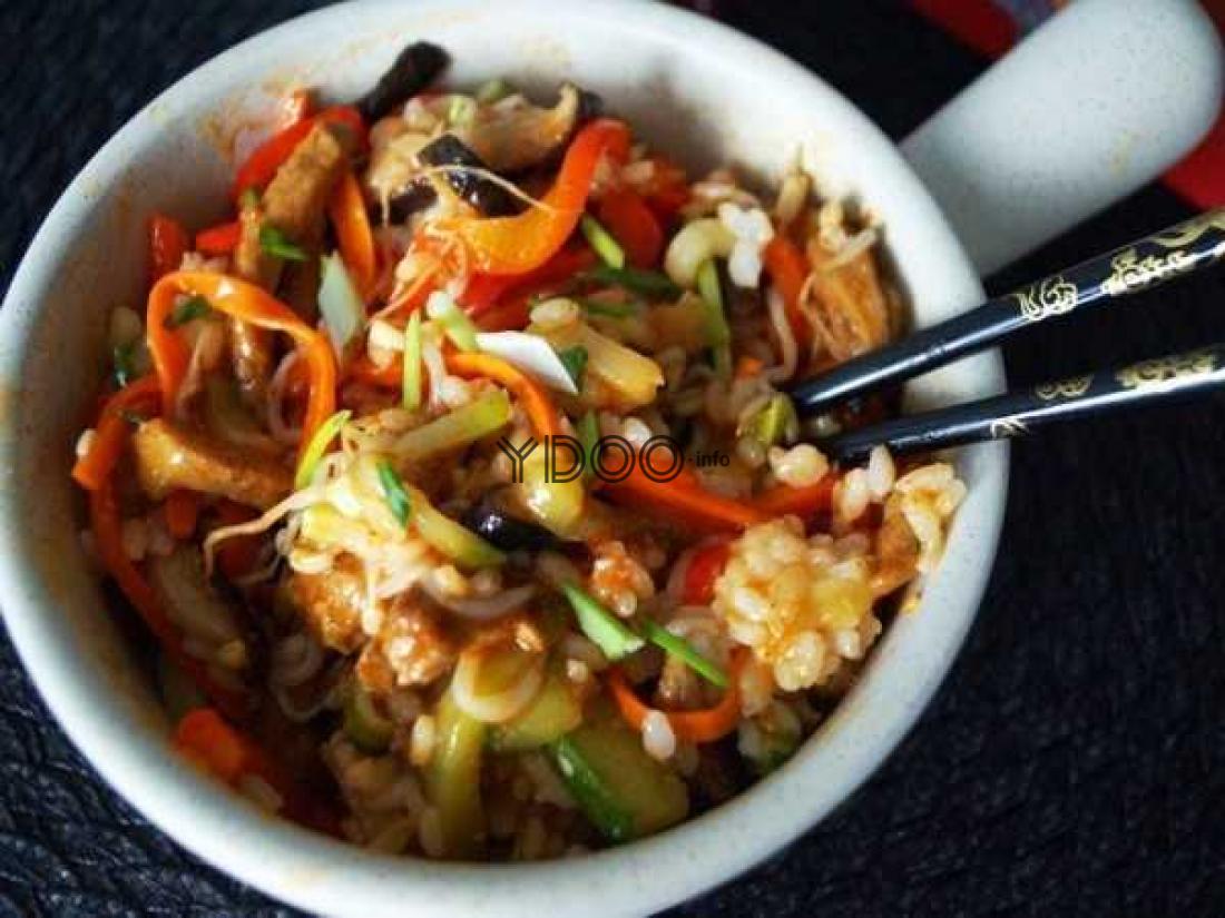 пибимпаб с рисом говядиной и мелко нарезанными овощами в керамическом горшочке с ручкой