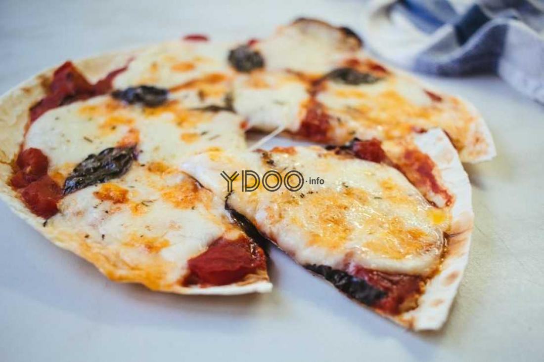 пицца из лаваша разрезанная на кусочки