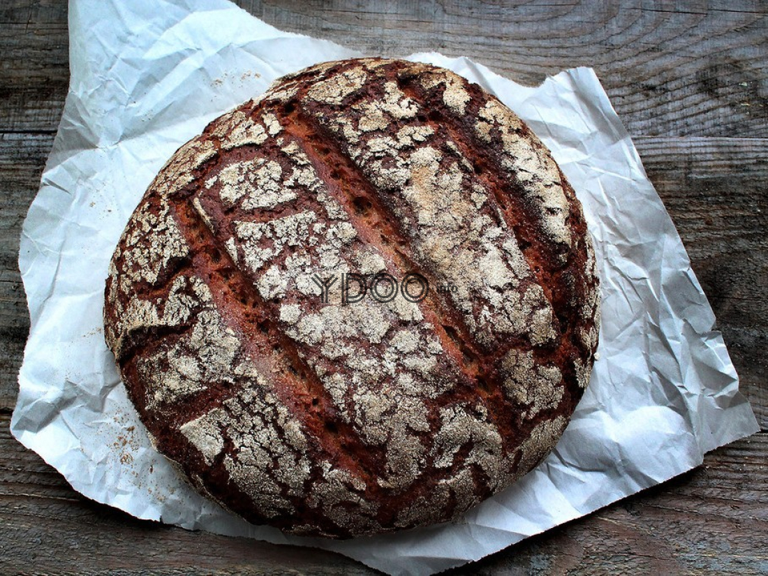 ржаной хлеб на закваске на столе