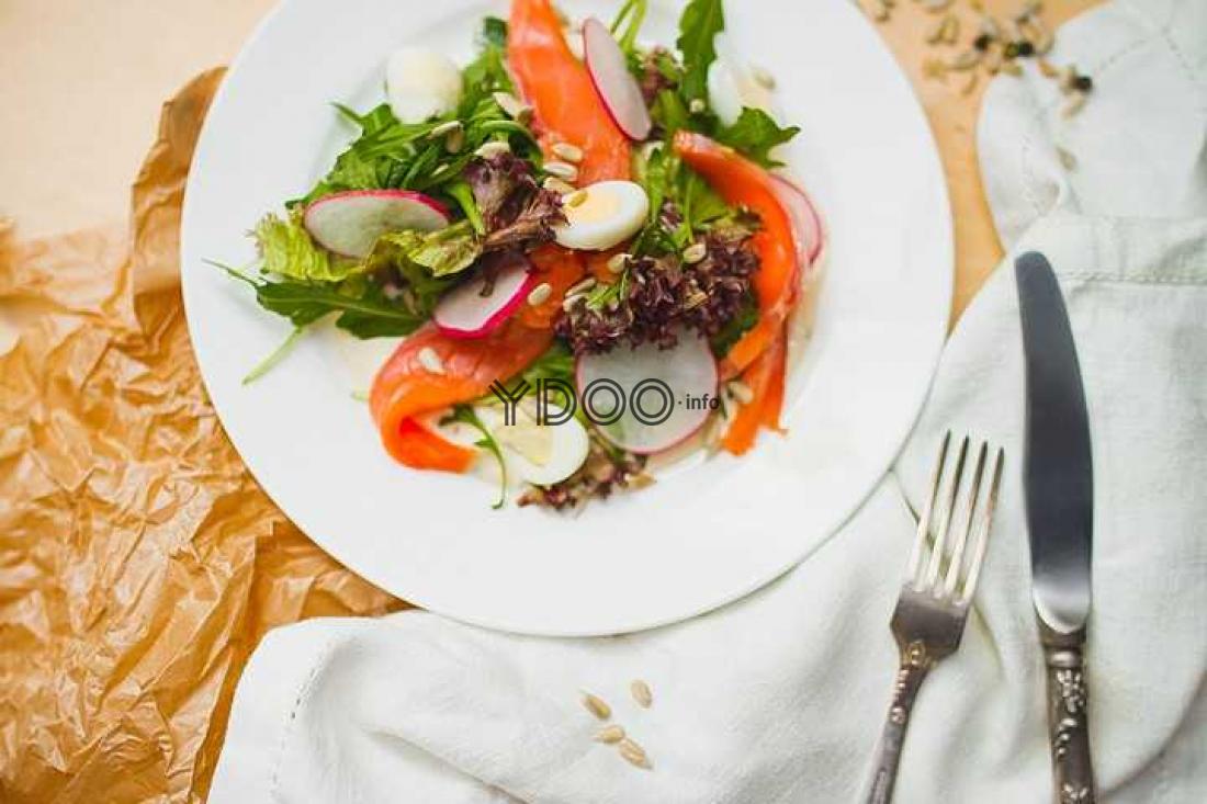 салат с семгой, огурцом, редисом, перепелиными яйцами, рукколой и семенами подсолнуха