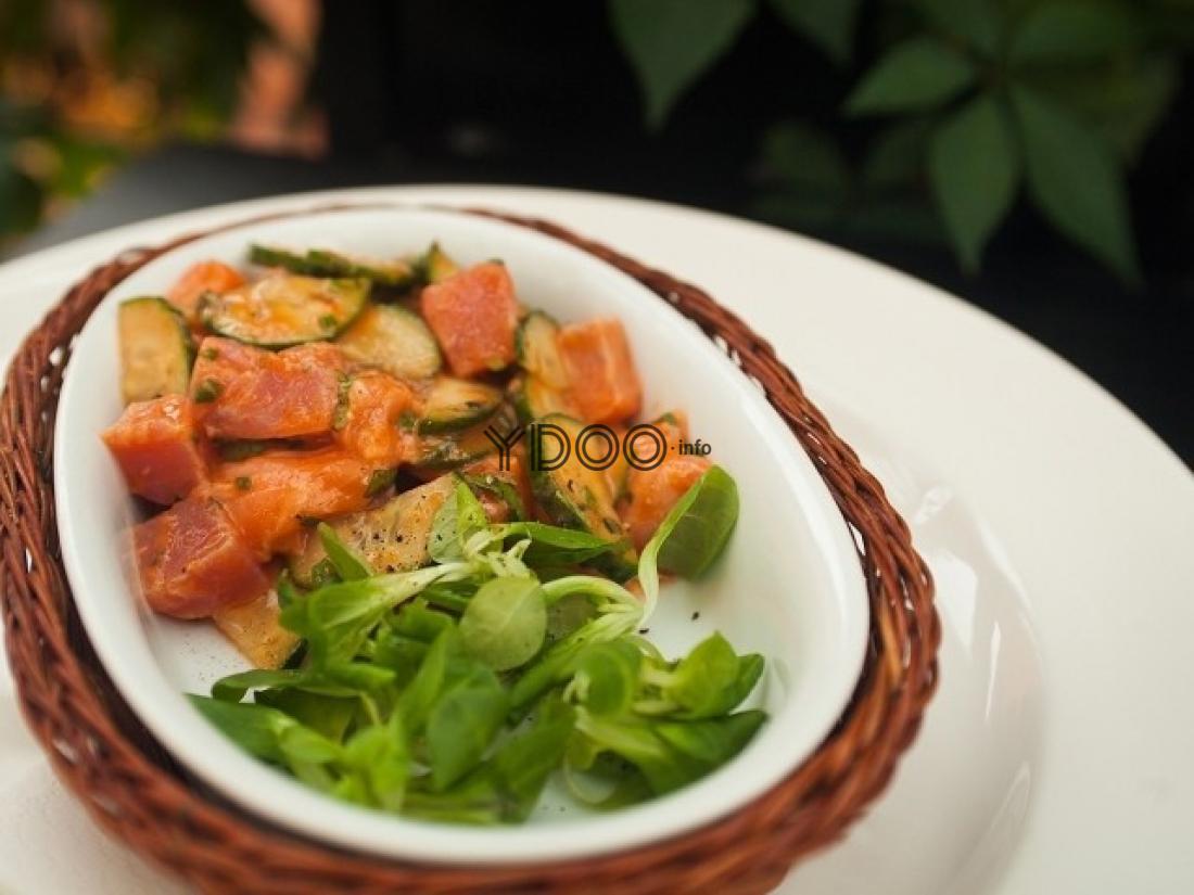 севиче из двух видов рыб с зеленью на тарелке