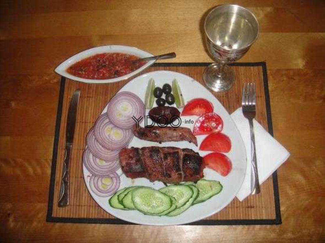 шашлык по-карски с соусом и свежими овощами