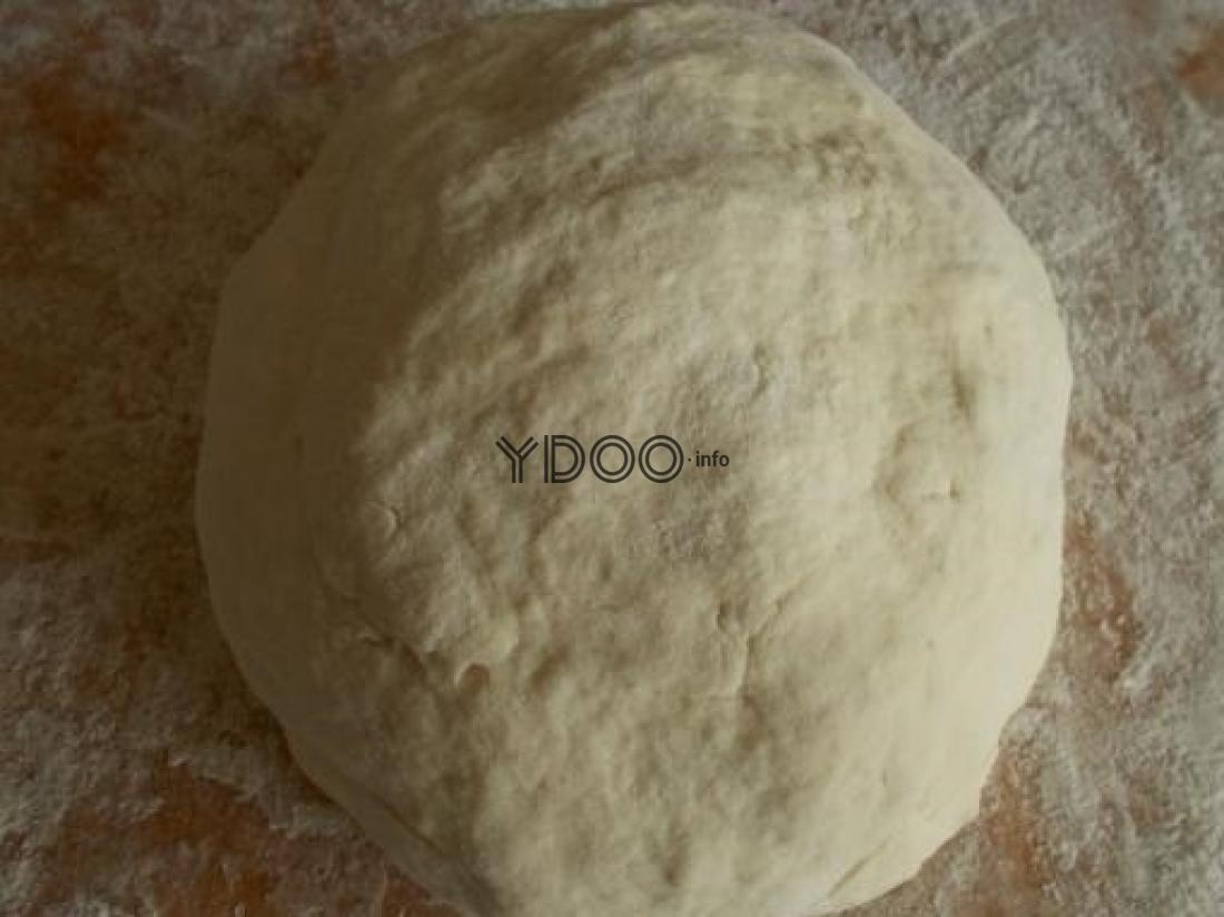 тесто для вареников на молоке, скатанное в шар, на столе