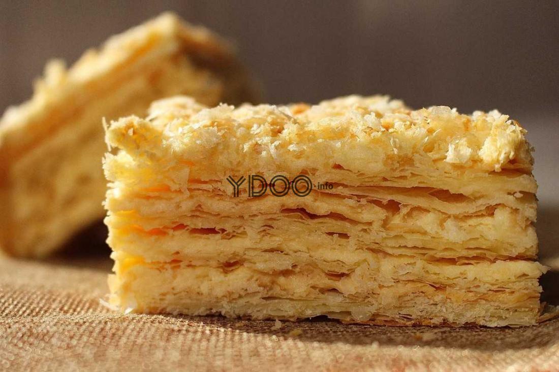 несколько кусочков торта Наполеон из готового слоеного теста
