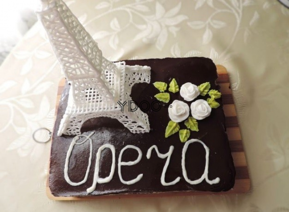 торт опера, политый шоколадом и украшенный эйфелевой башней с цветами