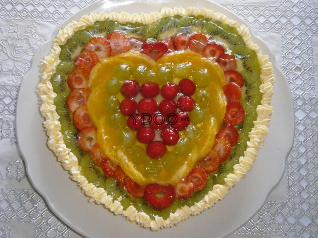 желейный торт с фруктами на основе из бисквитного коржа в виде сердца